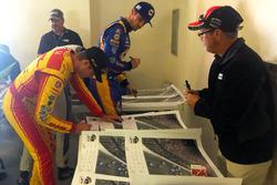 I piloti firmano il poster di Justin Wilson