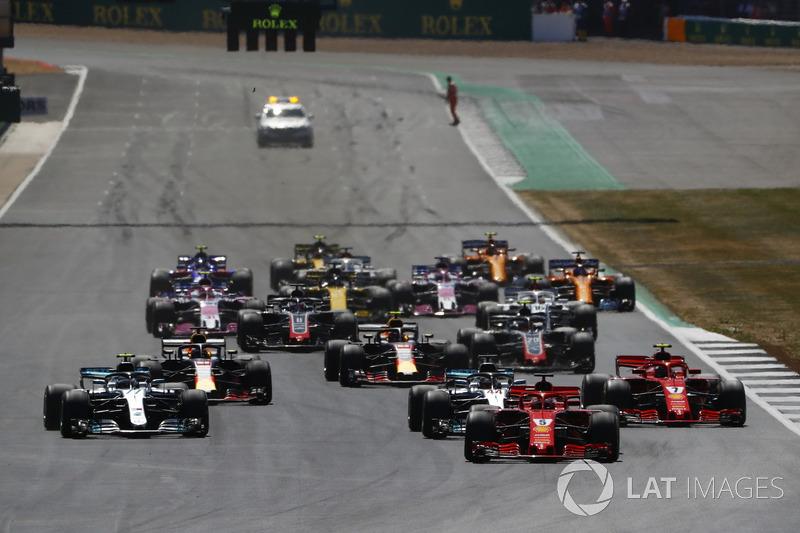 Sebastian Vettel, Ferrari SF71H, precede Lewis Hamilton, Mercedes AMG F1 W09, Valtteri Bottas, Mercedes AMG F1 W09, Kimi Raikkonen, Ferrari SF71H, Max Verstappen, Red Bull Racing RB14, Daniel Ricciardo, Red Bull Racing RB14, e il resto del gruppo, alla partenza