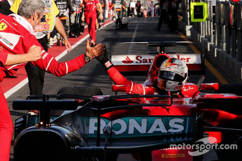 Победитель Себастьян Фетттель, Ferrari SF70H, и руководитель команды Ferrari Маурицио Арривабене