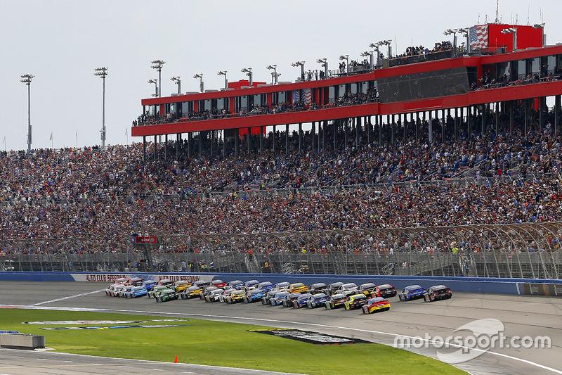 Start: Kyle Larson, Chip Ganassi Racing, Chevrolet; Denny Hamlin, Joe Gibbs Racing, Toyota