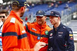 Un comisario se hace una foto con Max Verstappen, Red Bull