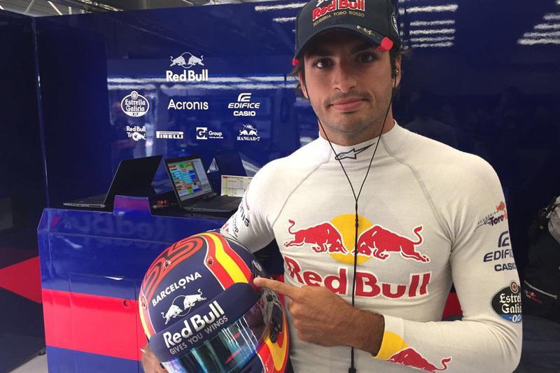 Карлос Сайнс мол., Scuderia Toro Rosso, із шоломом на честь жерт теракту в Барселоні