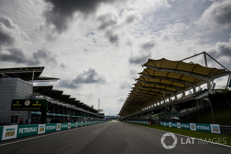 The pit straight
