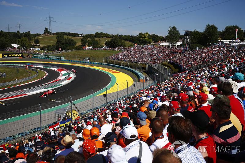 Уболівальники спостерігають за Себастьяном Феттелем, Ferrari SF70H, та Кімі Райкконеном, Ferrari SF70H