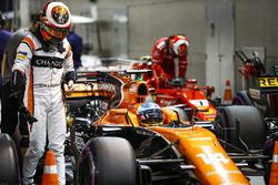 Stoffel Vandoorne, McLaren, Kimi Raikkonen, Ferrari, dans le Parc Fermé