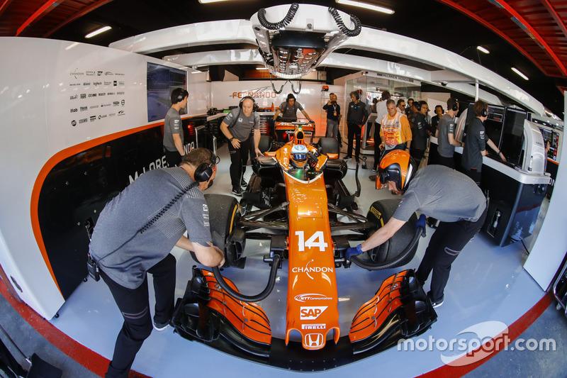 Fernando Alonso, McLaren MCL32 sigue en el pit