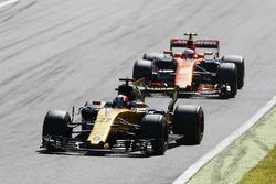 Нико Хюлькенберг, Renault Sport F1 RS17, и Стоффель Вандорн, McLaren MCL32