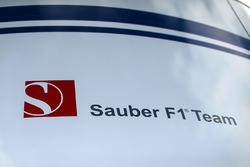 Sauber C36 logo en el paddock