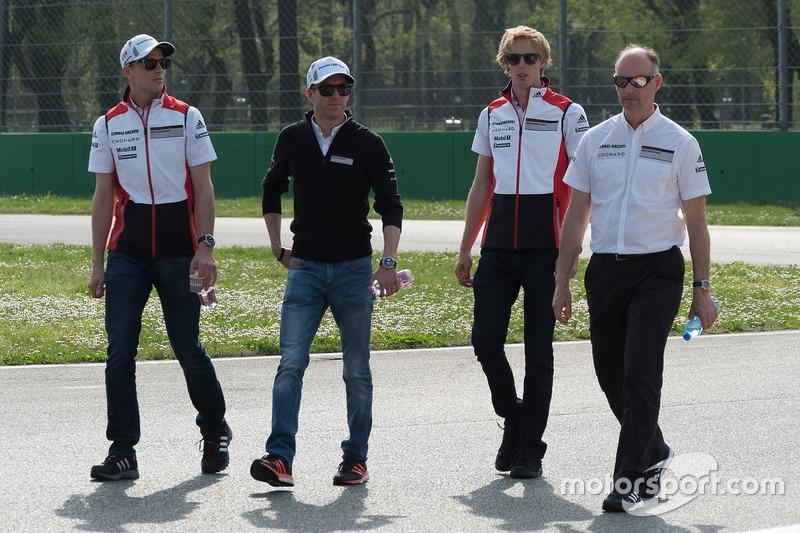 Timo Bernhard, Earl Bamber, Brendon Hartley, Porsche Team, caminan por el circuito