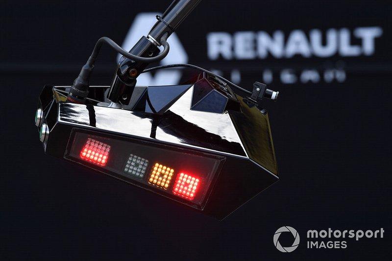 Las luces del pit lane de Renault muestran color naranja y rojo