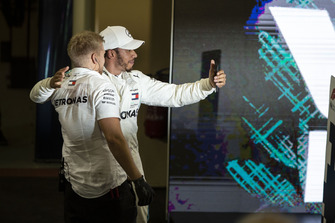Lewis Hamilton, Mercedes AMG F1, scatta un selfie nel parco chiuso
