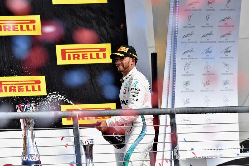 Льюіс Хемілтон, Mercedes AMG F1, святкують з шампанським на подіумі