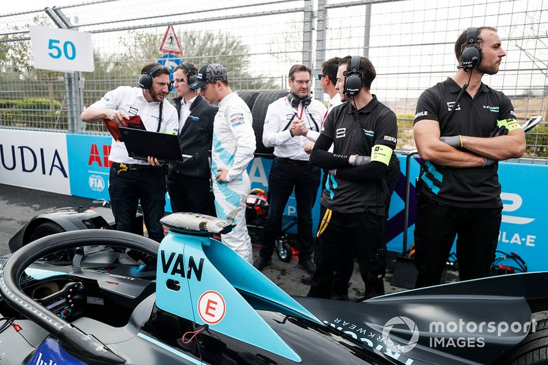 Stoffel Vandoorne, HWA Racelab, parla con il suo ingegnere, in griglia di partenza