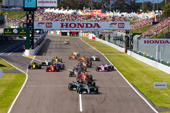 Lewis Hamilton, Mercedes AMG F1 W09 EQ Power+, leads Valtteri Bottas, Mercedes AMG F1 W09 EQ Power+, Max Verstappen, Red Bull Racing RB14, Kimi Raikkonen, Ferrari SF71H, and the rest of the field at the start