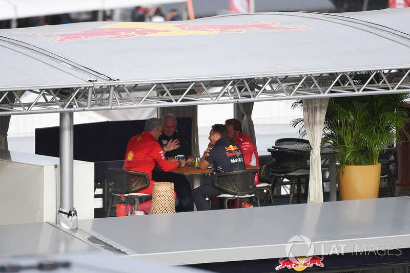 Керівник Ferrari Мауріціо Аррівабене, консультант Red Bull Гельмут Марко, керівник Red Bull Racing Крістіан Хорнер, Джіно Розато, Ferrari
