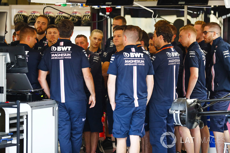 Para mekanik dan kru tim Force India