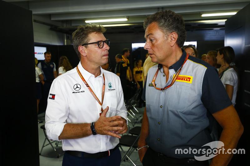 Mario Isola, Racing Manager, Pirelli Motorsport, parla con un membro del team Mercedes AMG