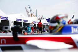 Daniel Abt, Audi Sport ABT Schaeffler, deja los pits mientras Felix Rosenqvist, Mahindra Racing, camina en el pit lane