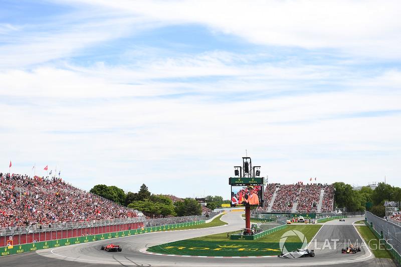 Sebastian Vettel, Ferrari SF71H precede Valtteri Bottas, Mercedes-AMG F1 W09