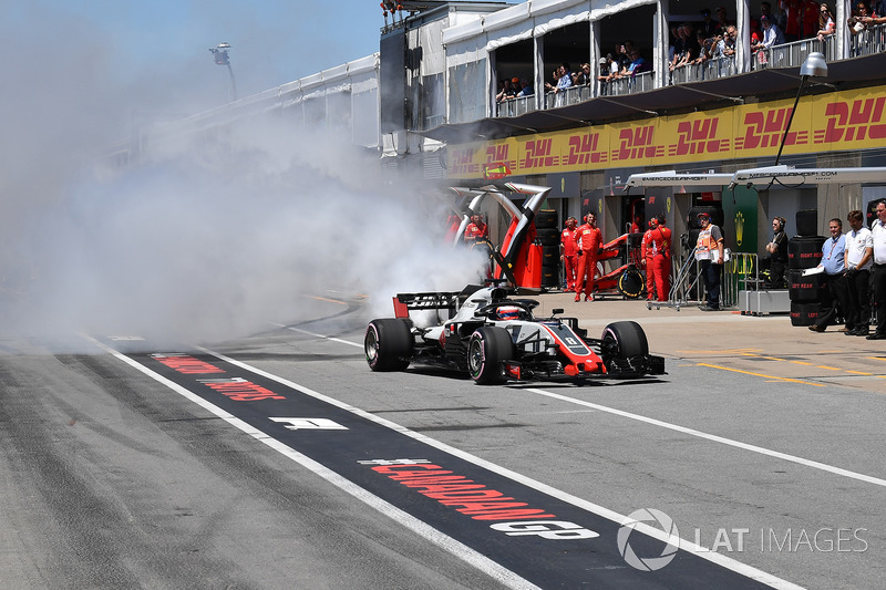 Romain Grosjean, Haas F1 Team VF-18 smokes in pit lane in Q1