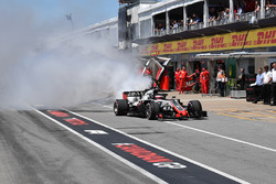 Romain Grosjean, Haas F1 Team VF-18 in pit lane con il motore in fumo nella Q1