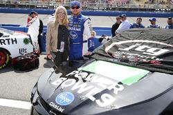 Chris Buescher, JTG Daugherty Racing, Chevrolet Camaro Healthy Choice Power Bowls con un ospite
