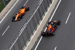 Stoffel Vandoorne, McLaren MCL33 and Daniel Ricciardo, Red Bull Racing RB14