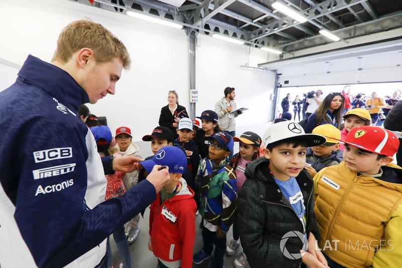 Sergey Sirotkin, Williams Racing, firma autógrafos para niños