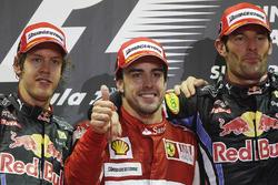 Podio: il vincitore Fernando Alonso, Ferrari, il secondo classificato Sebastian Vettel, Red Bull Racing, il terzo classificato Mark Webber, Red Bull Racing
