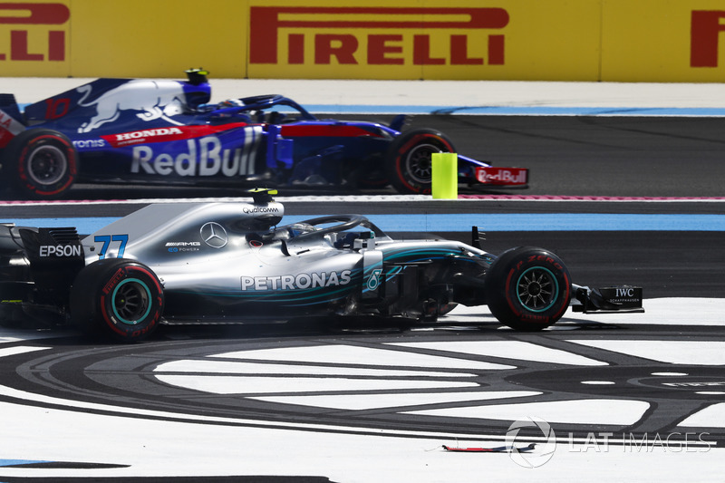 Pierre Gasly, Toro Rosso STR13, adelanta a Valtteri Bottas, Mercedes AMG F1 W09