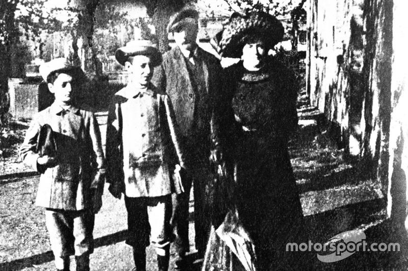 Enzo Ferrari (à gauche) avec sa famille en 1906