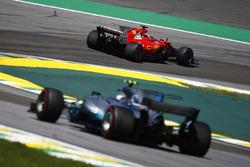 Sebastian Vettel, Ferrari SF70H, Valtteri Bottas, Mercedes AMG F1 W08
