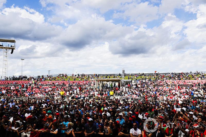 Enorme multitud se congregó alrededor de la etapa