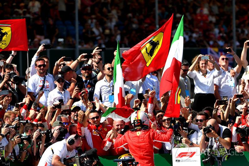 Sebastian Vettel, Ferrari, festeggia nel parco chiuso con Lewis Hamilton, Mercedes-AMG F1 W09