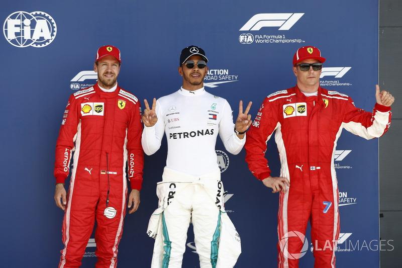 Sebastian Vettel, Ferrari; el poleman Lewis Hamilton, Mercedes AMG F1, y Kimi Raikkonen, Ferrari