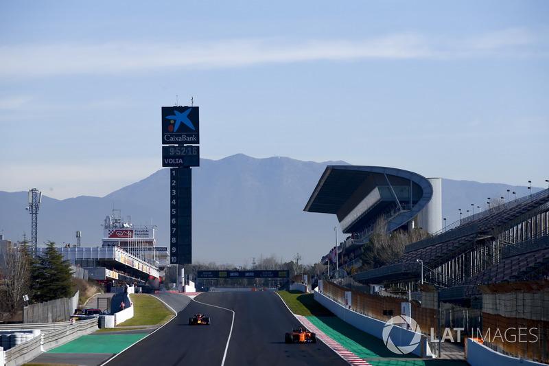 Fernando Alonso, McLaren MCL33, supera Daniel Ricciardo, Red Bull Racing RB14