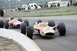 Graham Hill, Lotus 49B-Ford, devant Chris Amon, Ferrari 312
