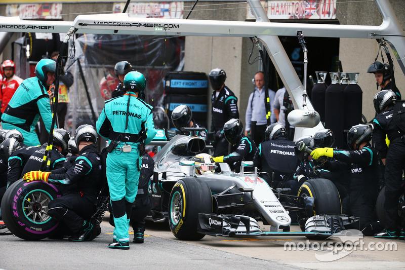 Льюїс Хемілтон, Mercedes AMG F1 W07 Hybrid, робить піт-стоп