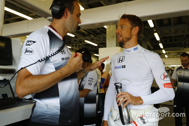 Jenson Button, habla con el ingeniero de carrera Tom Stallard.
