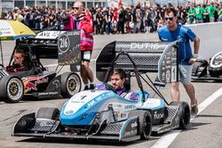 #001 FS Team Delft DUT16 en #216 Joanneum Racing Graz worden naar de FSG-opstelling geduwd