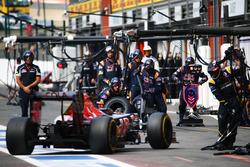 Даниил Квят, Scuderia Toro Rosso во время пит-стопа