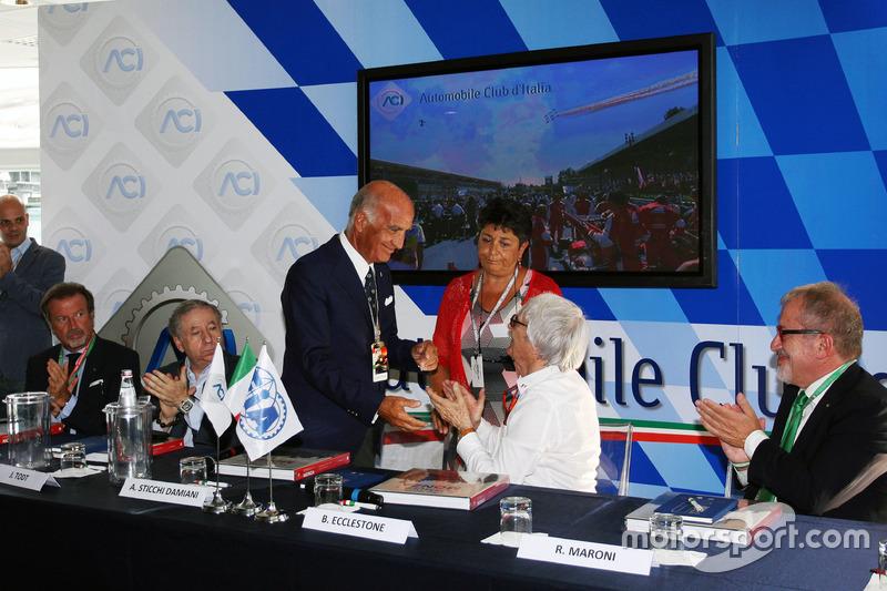 (Da sx a dx): Jean Todt, Presidente FIA con il Dr. Angelo Sticchi Damiani, Presidente Aci Csai; Bernie Ecclestone e Roberto Maroni, Presidente della Regione Lombardia, all'annuncio al circuito di Monza