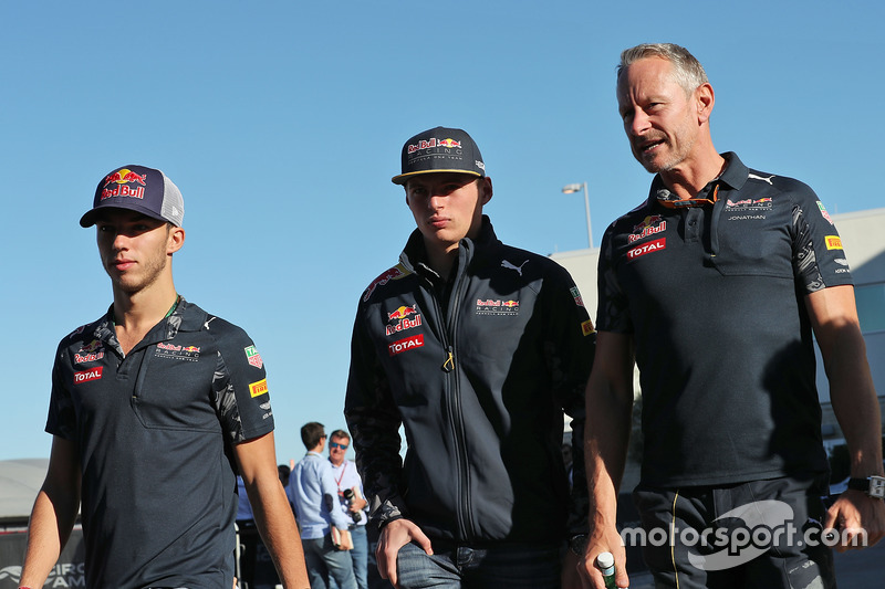 Pierre Gasly, Red Bull Racing tercer conductor con Max Verstappen, Red Bull Racing y Jonathan Wheatley, Red Bull Racing Team Manager