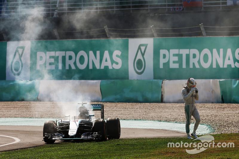 لويس هاميلتون، مرسيدس ينسحب من السباق بعد إحتراق مُحركة