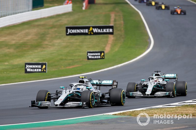 Valtteri Bottas, Mercedes AMG W10 leads Lewis Hamilton, Mercedes AMG F1 W10 at the start of the race