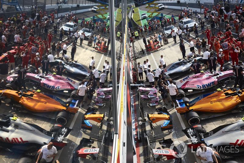 La atmósfera del Pit Lane, con el Lewis Hamilton Mercedes AMG F1 W09, Esteban Ocon Racing Point Force India VJM11, Lando Norris, McLaren MCL33 y Kevin Magnussen Haas F1 Team VF-18