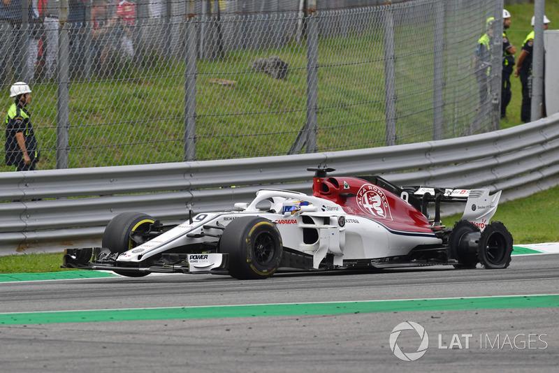 Marcus Ericsson, Sauber C37 with damage from 1 lap