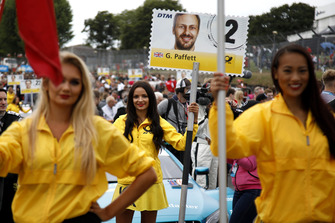 Девушка у машины Гэри Паффета, Mercedes-AMG Team HWA