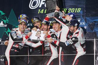 Podio LMP1: ganadores, Mike Conway, Kamui Kobayashi, Jose Maria Lopez, Toyota Gazoo Racing con Shigeki Tomoyama, Presidente Gazoo Racing, segundo, Sebastien Buemi, Kazuki Nakajima, Fernando Alonso, Toyota Gazoo Racing
