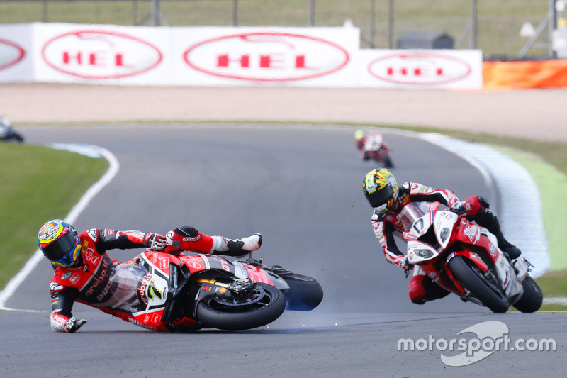 Chaz Davies, Aruba.it Racing - Ducati Team, caída antes de Karel Abraham, Milwaukee BMW